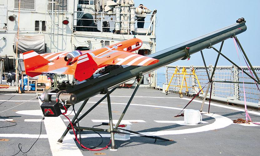 Scrab I en una plataforma de lanzamiento en un barco
